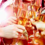 Поднимая с шампанским бокал